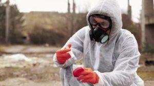 Đeo mặt nạ phòng độc vừa đảm bảo an toàn cho người lao động và những người xung quanh khi đi vào vùng có dịch bệnh